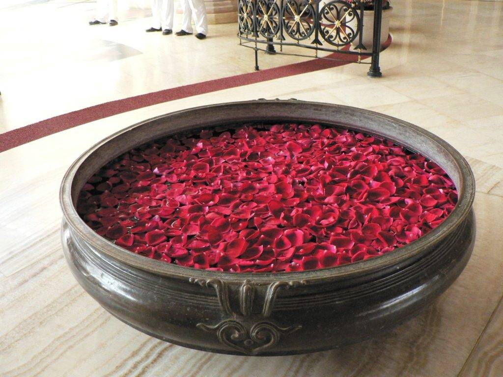 حمام مع صور بتلات الورد