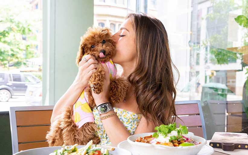 تناول الطعام مع الكلب